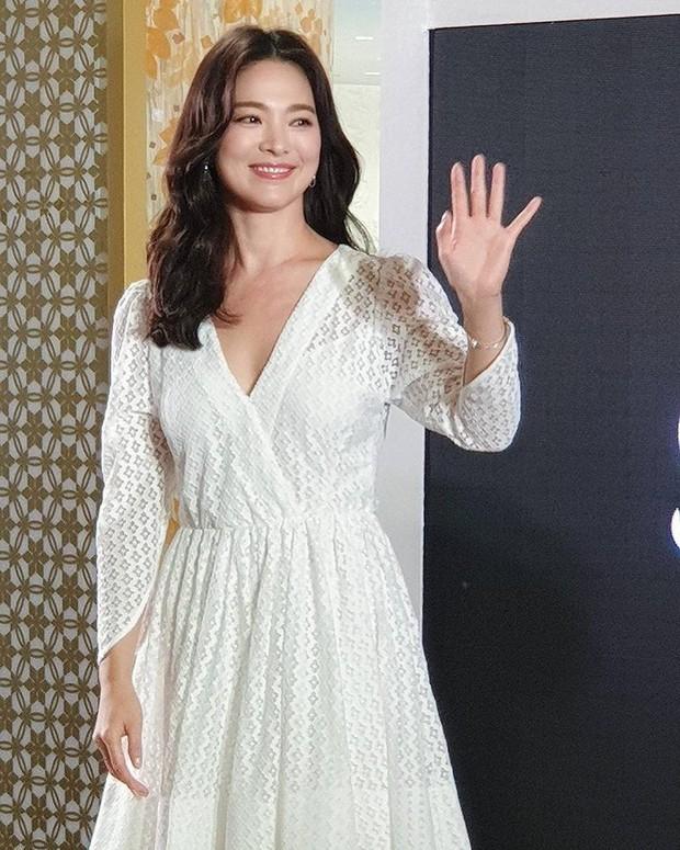 Vừa bị chê xuề xòa, Song Hye Kyo đã biến hình xuất sắc với tóc mới, như bà hoàng giữa trung tâm thương mại đông nghịt người - Ảnh 2.