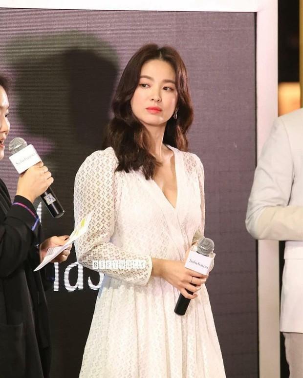 Vừa bị chê xuề xòa, Song Hye Kyo đã biến hình xuất sắc với tóc mới, như bà hoàng giữa trung tâm thương mại đông nghịt người - Ảnh 3.