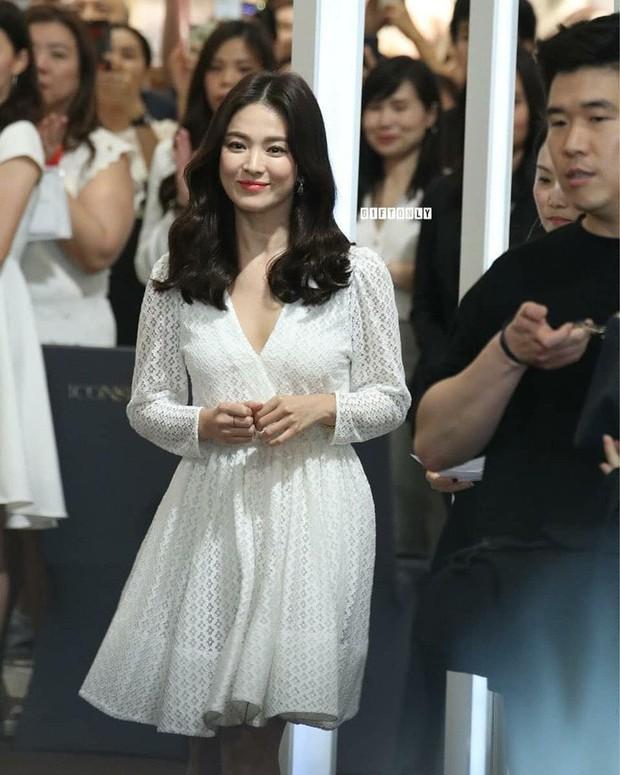 Vừa bị chê xuề xòa, Song Hye Kyo đã biến hình xuất sắc với tóc mới, như bà hoàng giữa trung tâm thương mại đông nghịt người - Ảnh 4.