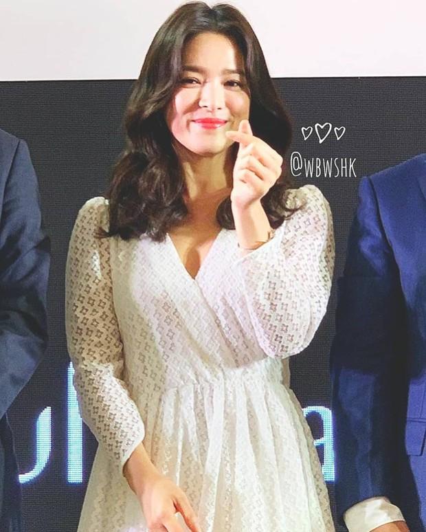 Vừa bị chê xuề xòa, Song Hye Kyo đã biến hình xuất sắc với tóc mới, như bà hoàng giữa trung tâm thương mại đông nghịt người - Ảnh 9.