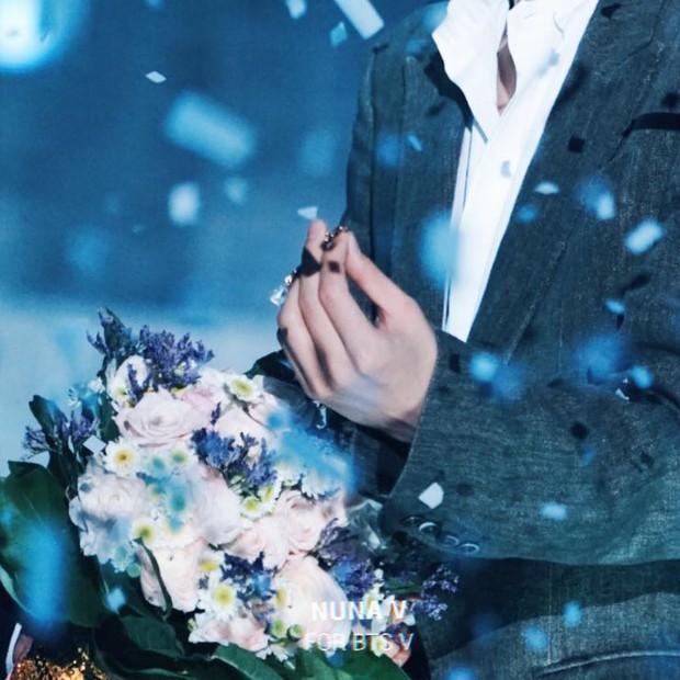 Chuyện lọ lem và hoàng tử đời thực gây bão tại lễ trao giải: V (BTS) nhặt được vật mỹ nhân Red Velvet làm rơi và cái kết - Ảnh 3.