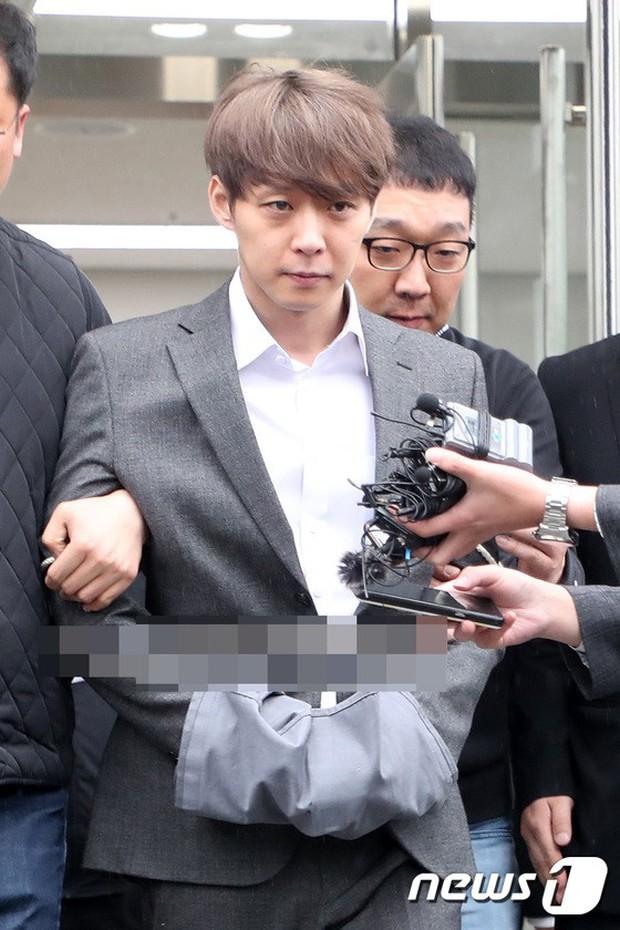 Yoochun chính thức bị bắt vì tội sử dụng ma túy: Khi đến tươi tỉnh khi về tiều tuỵ, tay bị còng và trói bằng dây thừng - Ảnh 7.