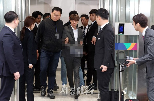 Yoochun chính thức bị bắt vì tội sử dụng ma túy: Khi đến tươi tỉnh khi về tiều tuỵ, tay bị còng và trói bằng dây thừng - Ảnh 5.