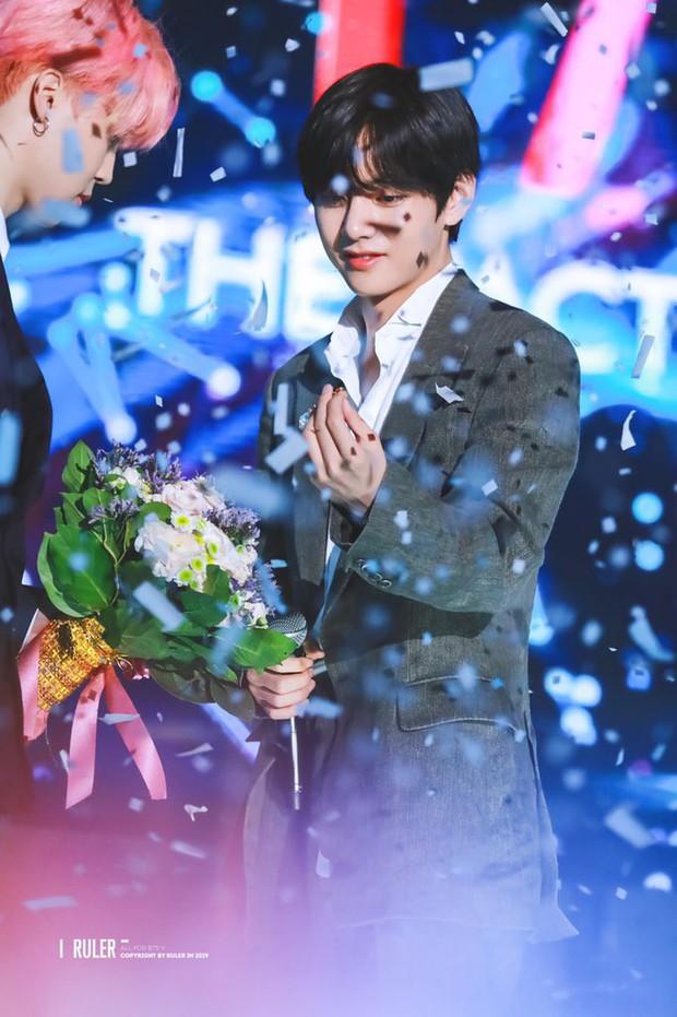 Chuyện lọ lem và hoàng tử đời thực gây bão tại lễ trao giải: V (BTS) nhặt được vật mỹ nhân Red Velvet làm rơi và cái kết - Ảnh 6.