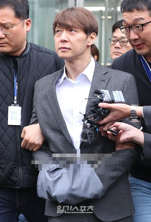 Yoochun chính thức bị bắt vì tội sử dụng ma túy: Khi đến tươi tỉnh khi về tiều tuỵ, tay bị còng và trói bằng dây thừng - Ảnh 8.