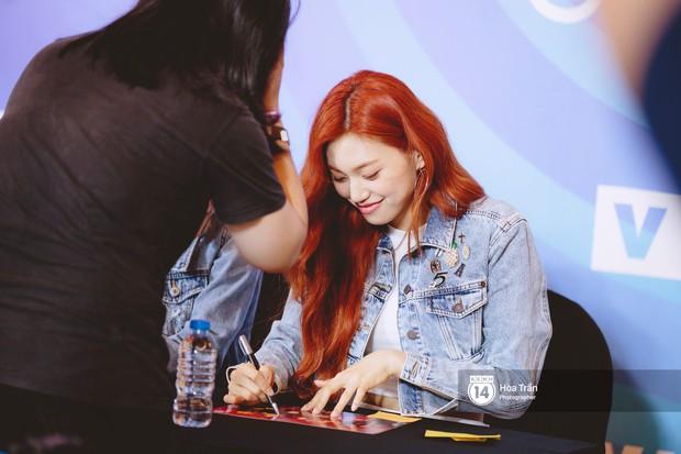 Fansign Red Velvet và dàn idol Kpop tại Sài Gòn: Nữ thần Irene xinh câm nín nhưng vẫn bị mỹ nhân này chiếm sóng - Ảnh 17.