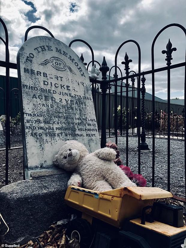 Bí ẩn thú bông và đồ chơi xuất hiện đều đặn trước ngôi mộ cậu bé 2 tuổi qua đời từ 134 năm trước - Ảnh 1.