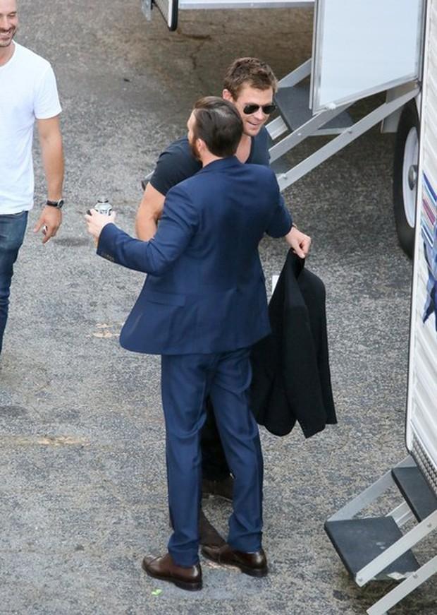 Hình ảnh hai tài tử đẹp trai nhất Avengers ôm nhau quá tình cảm khiến dân tình quắn quéo không thôi - Ảnh 3.