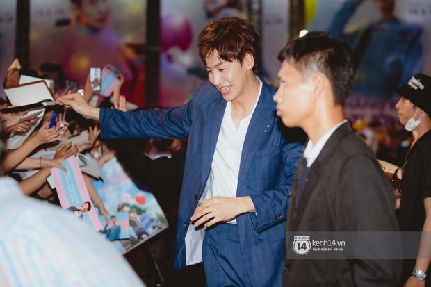 Thảm đỏ hội tụ dàn sao Hàn khủng tại TP.HCM: Lee Kwang Soo lột xác hậu hẹn hò, Trấn Thành được fan săn đón cực nhiệt - Ảnh 4.