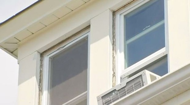 Nghi ngờ từ chi tiết nhỏ của bồn cầu, người phụ nữ bất ngờ phát hiện bạn trai cũ sống trên gác mái nhà mình bấy lâu - Ảnh 3.