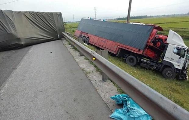 Tai nạn liên hoàn, 4 xe ô tô tông nhau nát bét phần đầu - Ảnh 1.