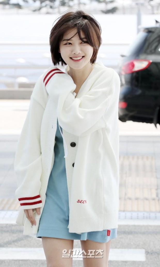 Sao nhí một thời Kim Yoo Jung quá xinh sau khi cắt tóc, Song Hye Kyo gây chú ý vì liên tục che bụng tại sân bay - Ảnh 7.