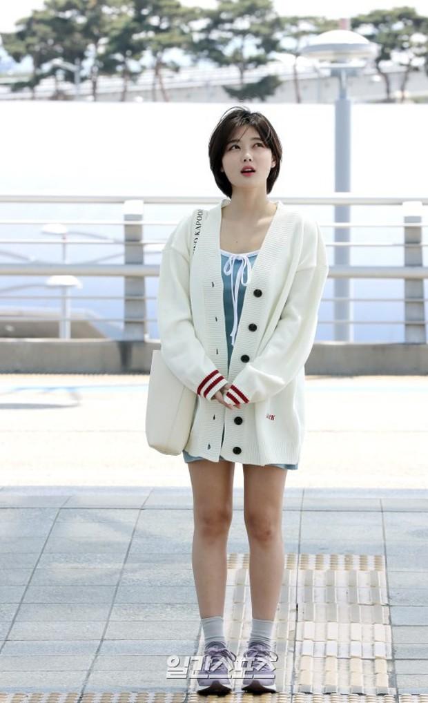 Sao nhí một thời Kim Yoo Jung quá xinh sau khi cắt tóc, Song Hye Kyo gây chú ý vì liên tục che bụng tại sân bay - Ảnh 6.