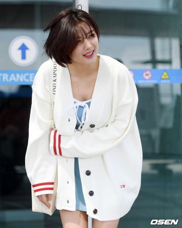 Sao nhí một thời Kim Yoo Jung quá xinh sau khi cắt tóc, Song Hye Kyo gây chú ý vì liên tục che bụng tại sân bay - Ảnh 8.