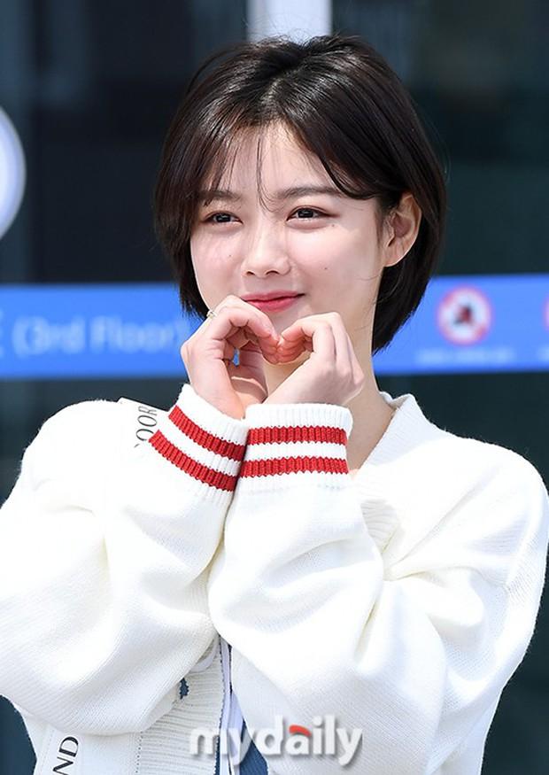 Sao nhí một thời Kim Yoo Jung quá xinh sau khi cắt tóc, Song Hye Kyo gây chú ý vì liên tục che bụng tại sân bay - Ảnh 10.