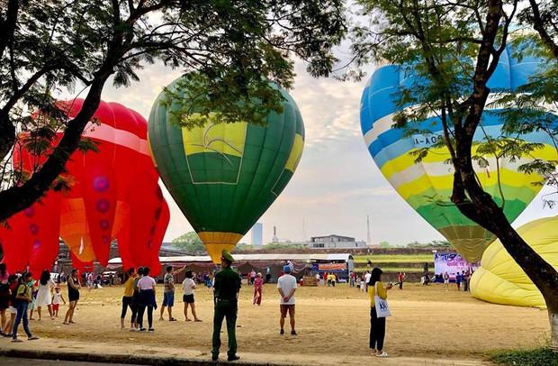 Choáng ngợp toàn tập với lễ hội khinh khí cầu siêu hoành tráng tại Huế trong dịp 30/4 & 1/5 - Ảnh 4.