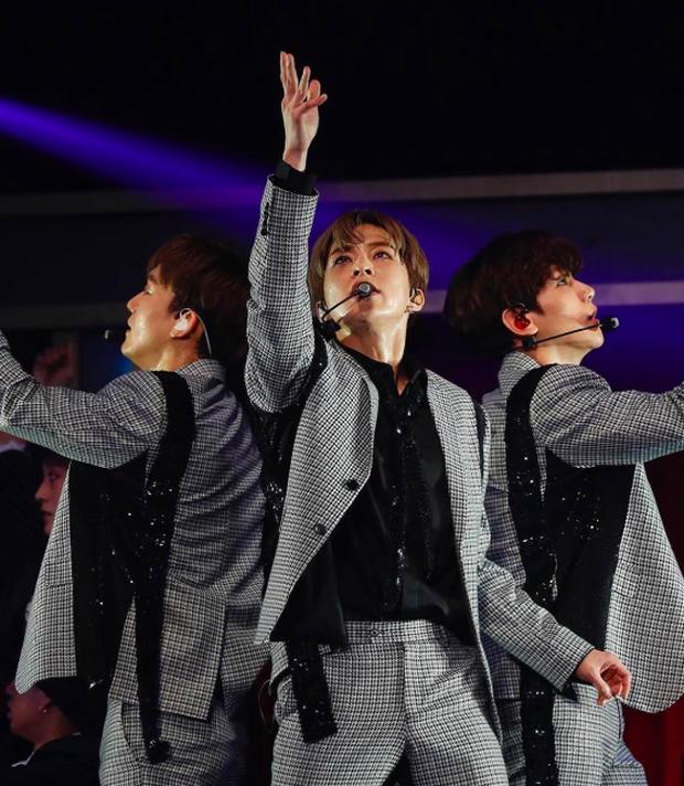Ngã nhào trên sân khấu, cách xử lí nhanh như chớp đầy chuyên nghiệp của thành viên EXO khiến fan nể phục - Ảnh 5.