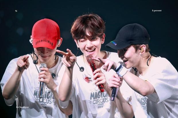 Ngã nhào trên sân khấu, cách xử lí nhanh như chớp đầy chuyên nghiệp của thành viên EXO khiến fan nể phục - Ảnh 4.