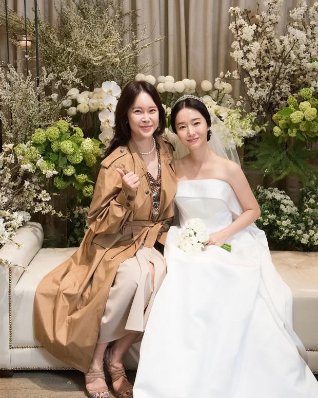 Bộ ảnh hậu trường cưới khủng nhất lịch sử Kbiz: Son Ye Jin và mỹ nhân Vườn sao băng đọ sắc, còn có cả idol nhà YG - Ảnh 10.