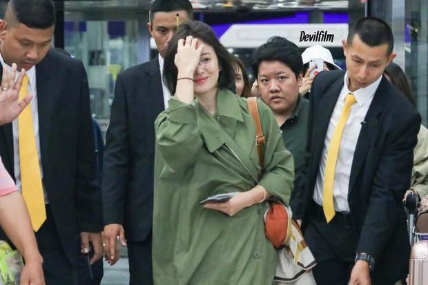 Sao nhí một thời Kim Yoo Jung quá xinh sau khi cắt tóc, Song Hye Kyo gây chú ý vì liên tục che bụng tại sân bay - Ảnh 3.