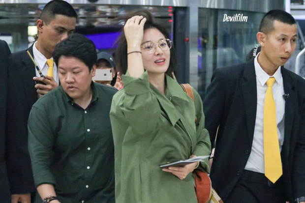 Sao nhí một thời Kim Yoo Jung quá xinh sau khi cắt tóc, Song Hye Kyo gây chú ý vì liên tục che bụng tại sân bay - Ảnh 2.