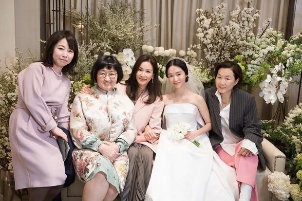 Bộ ảnh hậu trường cưới khủng nhất lịch sử Kbiz: Son Ye Jin và mỹ nhân Vườn sao băng đọ sắc, còn có cả idol nhà YG - Ảnh 4.