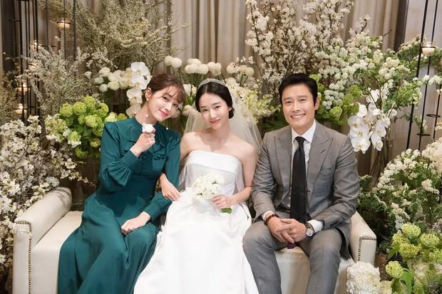 Bộ ảnh hậu trường cưới khủng nhất lịch sử Kbiz: Son Ye Jin và mỹ nhân Vườn sao băng đọ sắc, còn có cả idol nhà YG - Ảnh 3.