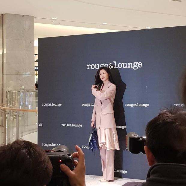 Ảnh chụp vội Jeon Ji Hyun và Song Hye Kyo cùng ngày dự sự kiện: Một người đẹp đến mức lấn át luôn đối phương - Ảnh 3.