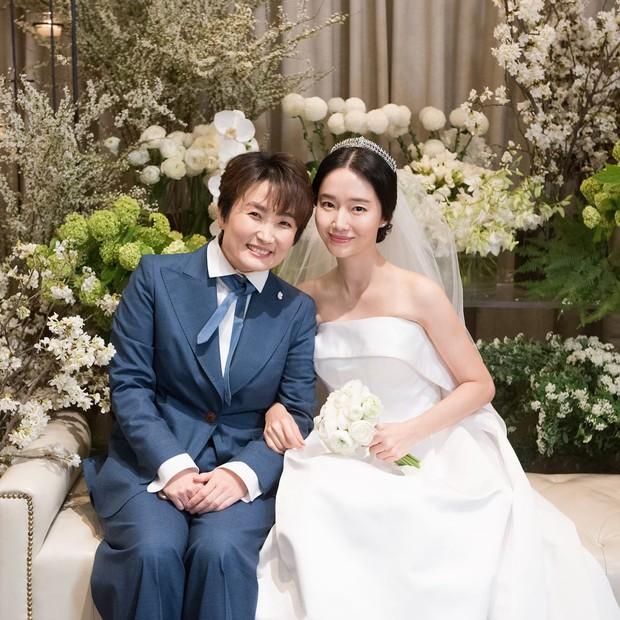 Bộ ảnh hậu trường cưới khủng nhất lịch sử Kbiz: Son Ye Jin và mỹ nhân Vườn sao băng đọ sắc, còn có cả idol nhà YG - Ảnh 11.