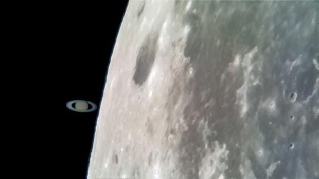 Tin được không: Tấm ảnh Sao thổ chạm Mặt trăng này được chụp bằng Galaxy S8 gắn vào kính viễn vọng - Ảnh 1.