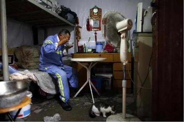 Cận cảnh những bộ lạc người kiến, người chuột sống chen chúc ngột ngạt dưới lòng đất những đô thị phồn hoa bậc nhất Trung Quốc - Ảnh 14.
