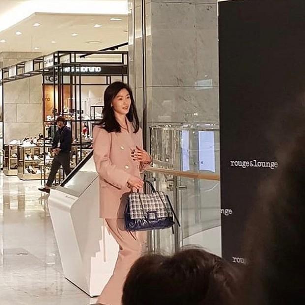 Ảnh chụp vội Jeon Ji Hyun và Song Hye Kyo cùng ngày dự sự kiện: Một người đẹp đến mức lấn át luôn đối phương - Ảnh 4.