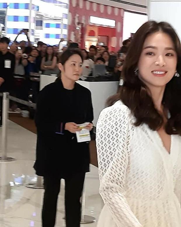 Ảnh chụp vội Jeon Ji Hyun và Song Hye Kyo cùng ngày dự sự kiện: Một người đẹp đến mức lấn át luôn đối phương - Ảnh 9.