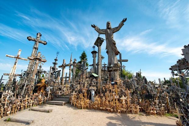 Từ công viên quái vật đến nhà thờ xương: Có quá nhiều điểm du lịch kì dị chờ bạn khám phá nếu đủ can đảm - Ảnh 3.