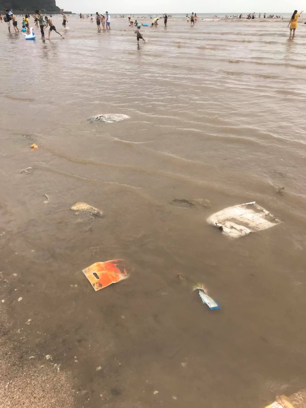 Kinh hãi cảnh rác nổi lềnh bềnh ở bãi biển Đồ Sơn, du khách vẫn vô tư xuống tắm - Ảnh 5.