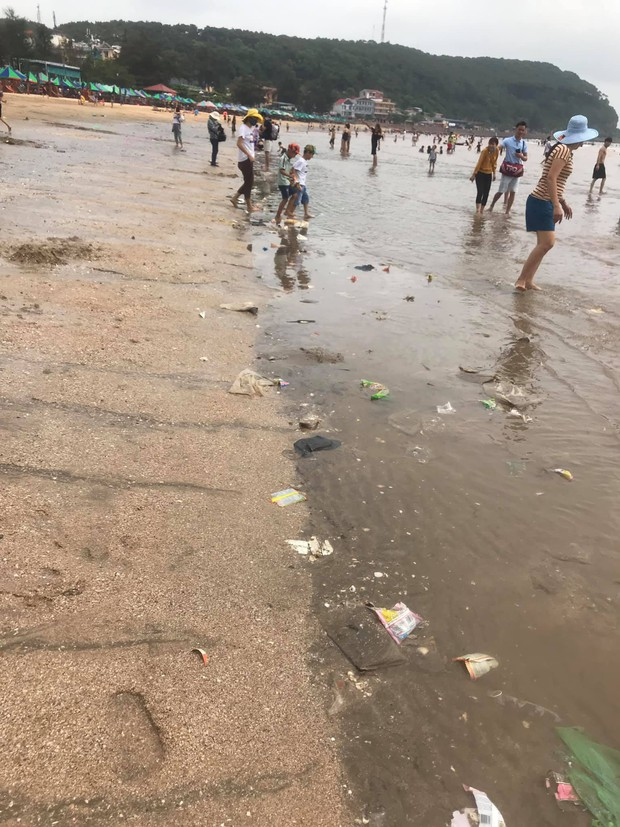 Kinh hãi cảnh rác nổi lềnh bềnh ở bãi biển Đồ Sơn, du khách vẫn vô tư xuống tắm - Ảnh 2.