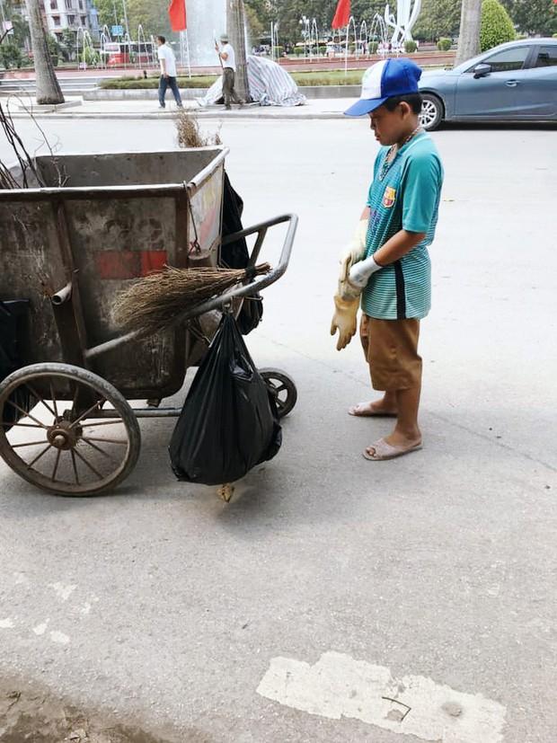 Cảm động hình ảnh cậu bé phụ mẹ thu gom rác trong những ngày nghỉ lễ: Mẹ không được nghỉ, cháu làm cho mẹ đỡ mệt - Ảnh 2.