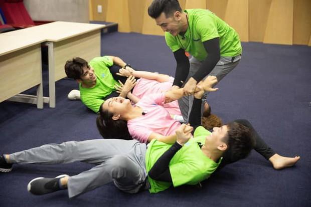 Phạm Quỳnh Anh bức xúc vì bị chê õng ẹo, chỉ lo đứng cười khi tham gia gameshow? - Ảnh 1.