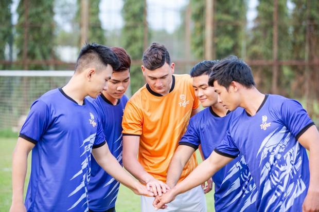 Thủ thành Đặng Văn Lâm sánh vai cùng 5 siêu sao bóng thế giới tại giải bóng đá đường phố - Ảnh 1.