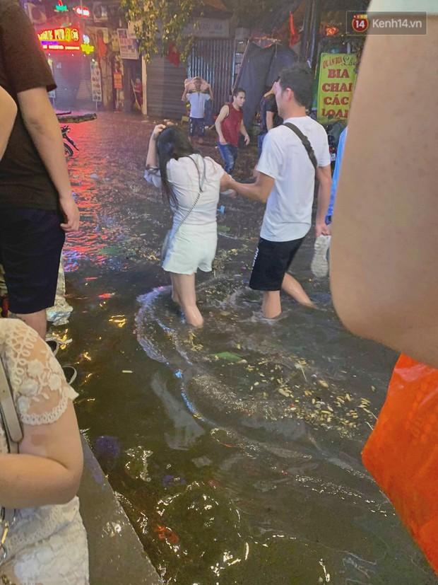 Hà Nội đón trận mưa lớn bất ngờ sau chuỗi ngày oi bức đến ngộp thở, một số tuyến đường bắt đầu ngập úng - Ảnh 9.