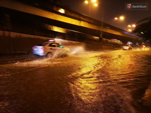 Hà Nội đón trận mưa lớn bất ngờ sau chuỗi ngày oi bức đến ngộp thở, một số tuyến đường bắt đầu ngập úng - Ảnh 6.