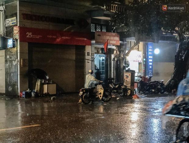 Hà Nội đón trận mưa lớn bất ngờ sau chuỗi ngày oi bức đến ngộp thở, một số tuyến đường bắt đầu ngập úng - Ảnh 13.