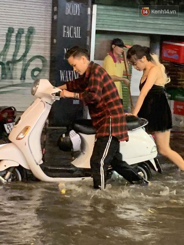 Hà Nội đón trận mưa lớn bất ngờ sau chuỗi ngày oi bức đến ngộp thở, một số tuyến đường bắt đầu ngập úng - Ảnh 18.