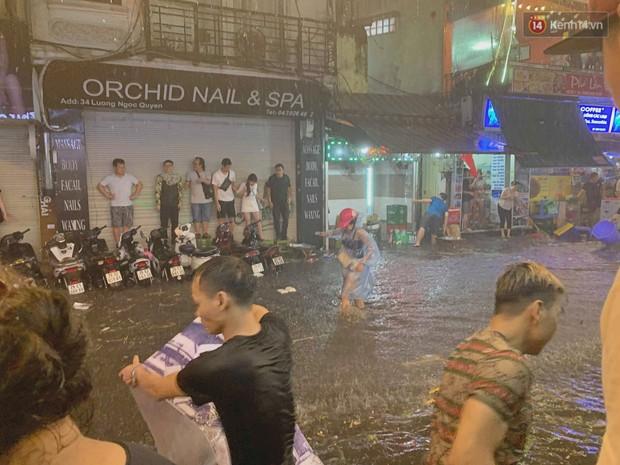 Hà Nội đón trận mưa lớn bất ngờ sau chuỗi ngày oi bức đến ngộp thở, một số tuyến đường bắt đầu ngập úng - Ảnh 10.