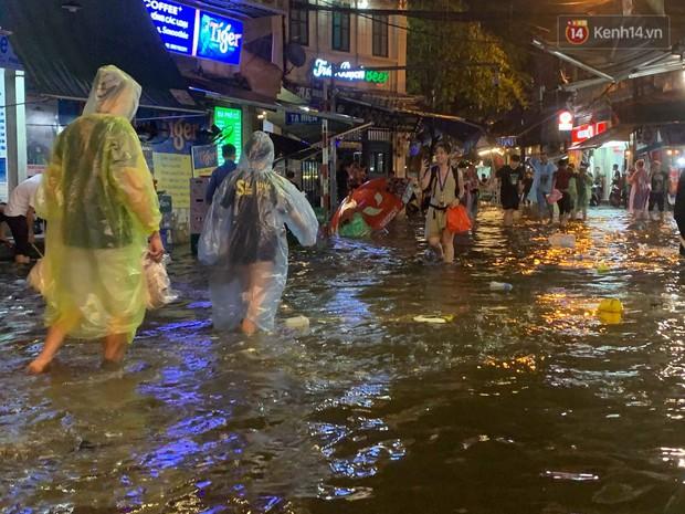 Hà Nội đón trận mưa lớn bất ngờ sau chuỗi ngày oi bức đến ngộp thở, một số tuyến đường bắt đầu ngập úng - Ảnh 16.