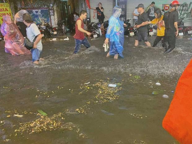 Hà Nội đón trận mưa lớn bất ngờ sau chuỗi ngày oi bức đến ngộp thở, một số tuyến đường bắt đầu ngập úng - Ảnh 11.