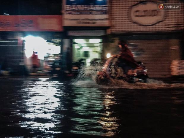 Hà Nội đón trận mưa lớn bất ngờ sau chuỗi ngày oi bức đến ngộp thở, một số tuyến đường bắt đầu ngập úng - Ảnh 14.