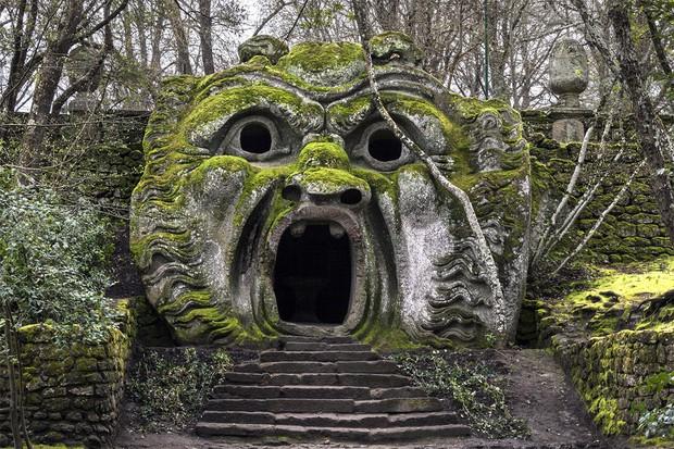 Từ công viên quái vật đến nhà thờ xương: Có quá nhiều điểm du lịch kì dị chờ bạn khám phá nếu đủ can đảm - Ảnh 1.