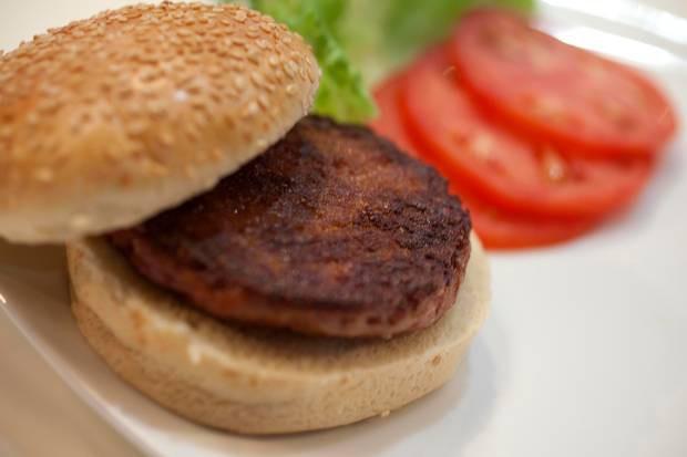 Câu chuyện về chiếc hamburger thịt bò giá gần 8 tỷ đồng và ý nghĩa nhân văn phía sau nó - Ảnh 1.