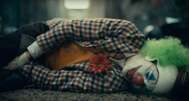DC bất ngờ đánh úp fan bằng trailer Joker u ám lẫn điên loạn - Ảnh 2.